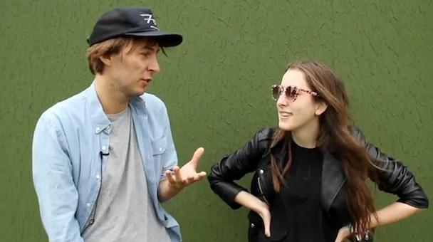 Phoenix enseñan a HAIM cómo hablar francés