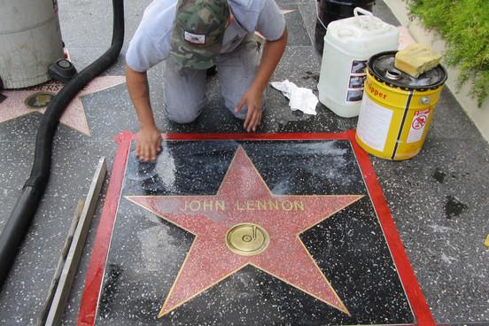 Unos vándalos atacan la estrella de John Lennon del Paseo de la Fama