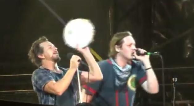 """Pearl Jam y Win Butler juntos y tocando """"Rockin' In The Free World"""""""