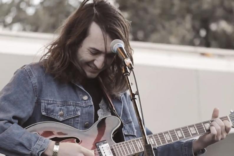Garage suave en la nueva canción de Mikal Cronin