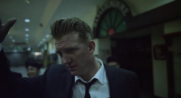 Josh Homme se va de fiesta en el nuevo vídeo de QOTSA