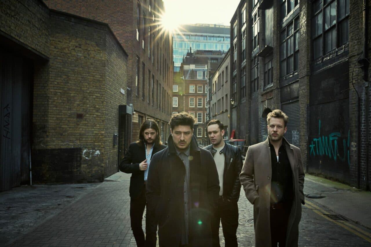 Mumford and Sons, más eléctricos que nunca, anuncian nuevo álbum
