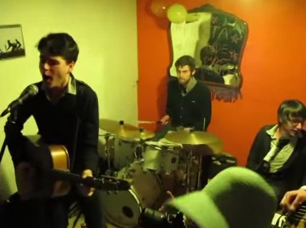 Así fue como Vampire Weekend tocaron en el salón de mi casa