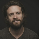 "Father John Misty desnuda ""The Suburbs"" de Arcade Fire"