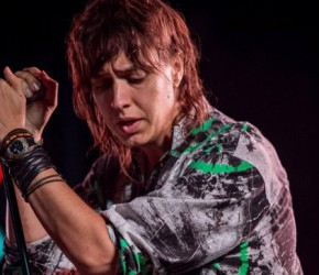 "Julian Casablancas vuelve a revivir a Lou Reed en su versión de ""White Light White Heat"""