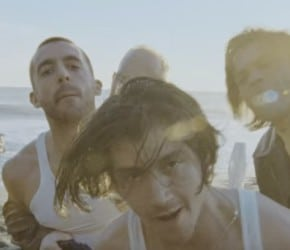 "The Last Shadow Puppets continúan en peligro en ""Aviation"", su nuevo vídeo"