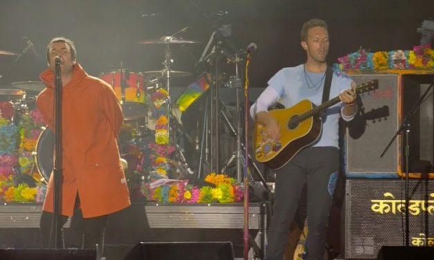 """Liam Gallagher y Chris Martin unidos contra el terrorismo en una emocionante versión de """"Live Forever"""""""