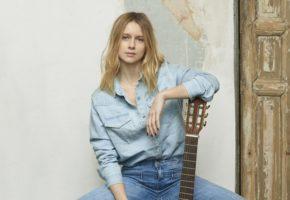 Manuela Vellés presenta en Madrid su primer disco, Subo Bajo