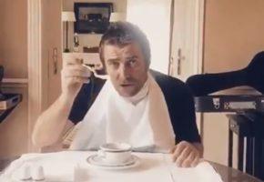 Liam Gallagher se divierte tomando sopa con un tenedor