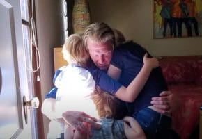 VÍDEO | Sharon Van Etten y Josh Homme presentan a sus familias en su canción conjunta